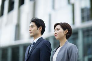 横に並ぶビジネススーツの男女の写真素材 [FYI04789492]