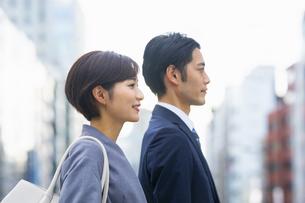 横に並ぶビジネススーツの男女の写真素材 [FYI04789503]