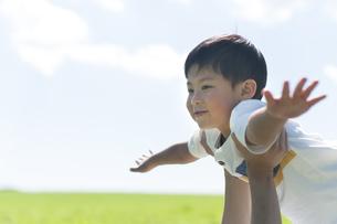 草原で遊ぶ子供の写真素材 [FYI04789534]