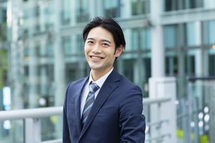 ビジネススーツの笑顔の男性の写真素材 [FYI04789538]