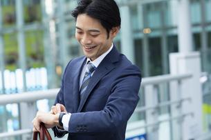 時計を確認するビジネススーツの男性の写真素材 [FYI04789545]