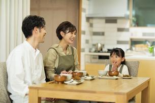 食卓を囲む家族の写真素材 [FYI04789549]