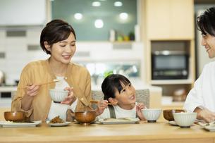 食卓を囲む家族の写真素材 [FYI04789550]