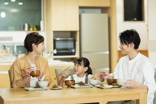 食卓を囲む家族の写真素材 [FYI04789551]