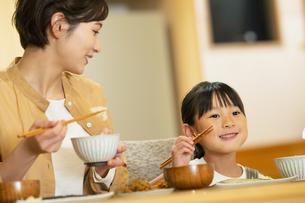 食卓を囲む親子の写真素材 [FYI04789552]
