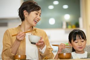 食卓を囲む親子の写真素材 [FYI04789553]