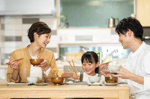 食卓を囲む家族の写真素材 [FYI04789554]