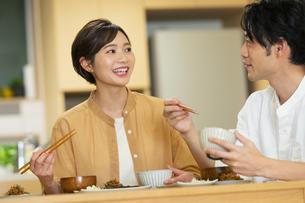 食卓を囲む夫婦の写真素材 [FYI04789556]
