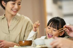 食卓を囲む家族の写真素材 [FYI04789557]