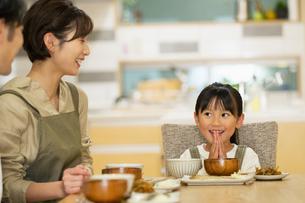 食卓を囲む家族の写真素材 [FYI04789558]