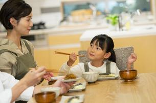 食卓を囲む家族の写真素材 [FYI04789559]