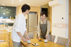 料理を配膳する男女の写真素材 [FYI04789578]