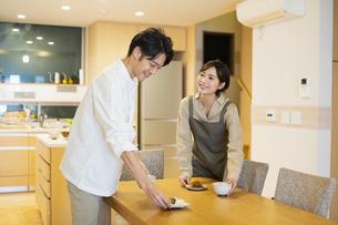 料理を配膳する男女の写真素材 [FYI04789580]