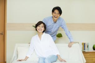 ソファーでくつろぐ男女の写真素材 [FYI04789618]