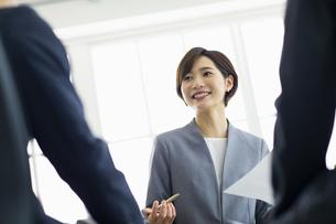 複数でミーティングをする女性の写真素材 [FYI04789627]