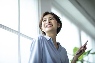 窓際で外を眺める女性の写真素材 [FYI04789637]
