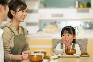 食卓を囲む家族の写真素材 [FYI04789651]