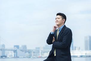 遠くを見つめる男性・ビジネスイメージの写真素材 [FYI04789667]