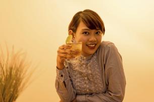 ハイボール(カクテル・お酒)を手にする女性の写真素材 [FYI04789668]