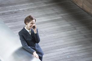 電話をする女性・俯瞰ハイアングルの写真素材 [FYI04789671]