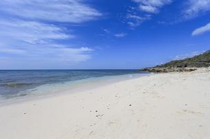 小さくも美しい来間島の長崎浜の写真素材 [FYI04789813]