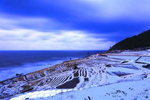 雪の能登半島 白米千枚田あぜのきらめき夕景の写真素材 [FYI04789827]