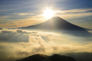 雲海と富士山の背後からの日の出の写真素材 [FYI04789883]