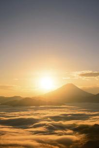 山梨県 雲海と富士山からの御来光の写真素材 [FYI04789888]