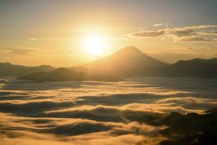 山梨県 雲海と富士山からの御来光の写真素材 [FYI04789889]