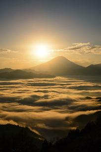 山梨県 雲海と富士山からの御来光の写真素材 [FYI04789890]