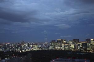 東京紀尾井町から見える丸の内方面の高層ビル群の写真素材 [FYI04789954]