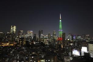 麻布十番から見える東京タワーのライトアップと港区の高層ビル群の写真素材 [FYI04789965]