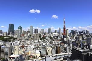 麻布十番から見える東京タワーと港区の高層ビル群の写真素材 [FYI04789974]