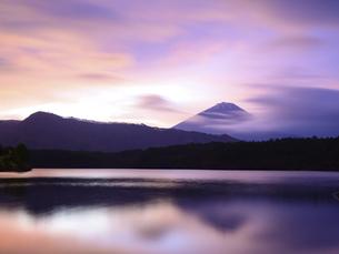 山梨県 西湖より朝焼けの富士山の写真素材 [FYI04789983]