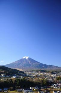 山梨県 富士吉田市の街並みと富士山の写真素材 [FYI04789990]
