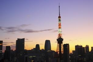 麻布十番から見える東京タワーと港区の高層ビル群の写真素材 [FYI04789991]