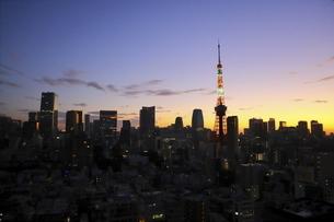 麻布十番から見える東京タワーと港区の高層ビル群の写真素材 [FYI04789997]