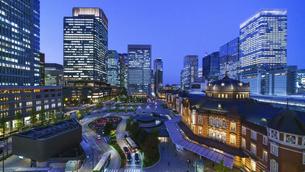 東京駅夜景と駅前広場の写真素材 [FYI04790133]