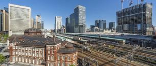 東京駅とビルの写真素材 [FYI04790138]