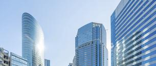 東京オフィスビルと青空の写真素材 [FYI04790145]