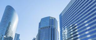 東京オフィスビルと青空の写真素材 [FYI04790146]