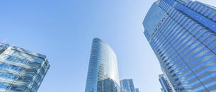 東京オフィスビルと青空の写真素材 [FYI04790147]