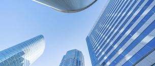 東京オフィスビルと青空の写真素材 [FYI04790148]