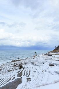 冬の能登半島 白米千枚田に雪の写真素材 [FYI04790163]