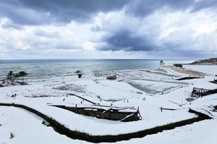 冬の能登半島 白米千枚田に雪の写真素材 [FYI04790165]