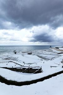 冬の能登半島 白米千枚田に雪の写真素材 [FYI04790166]