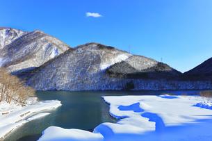 冬の白川郷 鳩谷ダム雪景色の写真素材 [FYI04790318]