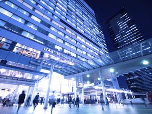 東京都 夕暮れの品川駅の写真素材 [FYI04790518]