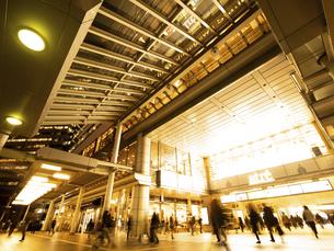 東京都 夕暮れの品川駅の写真素材 [FYI04790519]