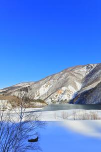 冬の白川郷 鳩谷ダム雪景色の写真素材 [FYI04790553]